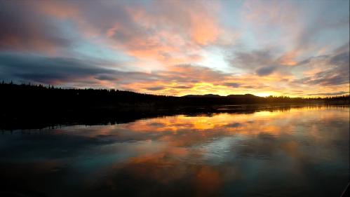 il lago Laberge al tramonto